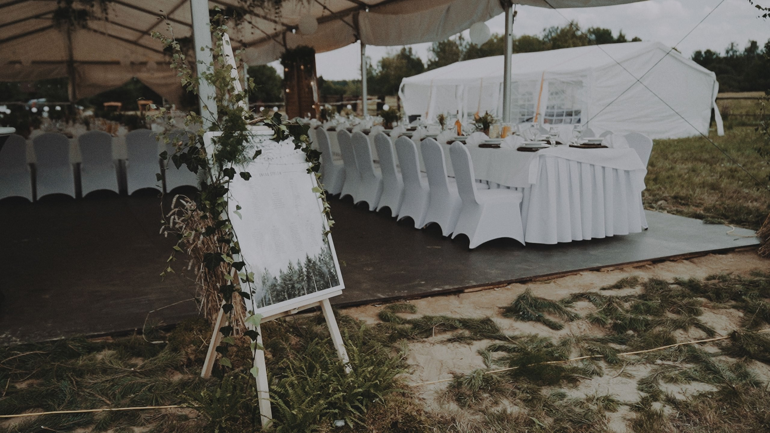 Rustykalne wesele w namiocie na ranczo 56